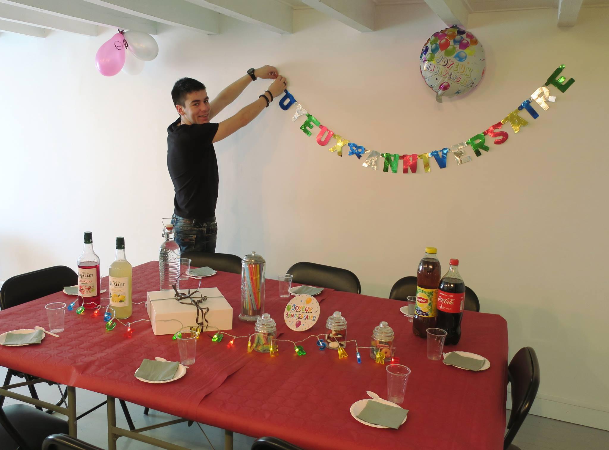 Préparation salle pour goûter d'anniversaire aprés escape game